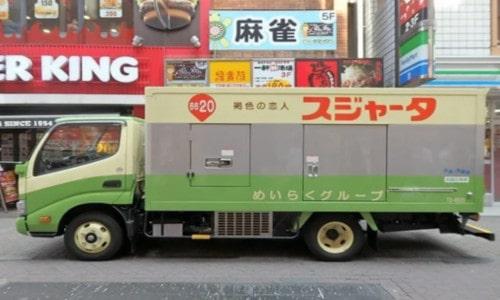 トラックの左側面に記載された文字が左右逆じゃない(スジャータのトラック)